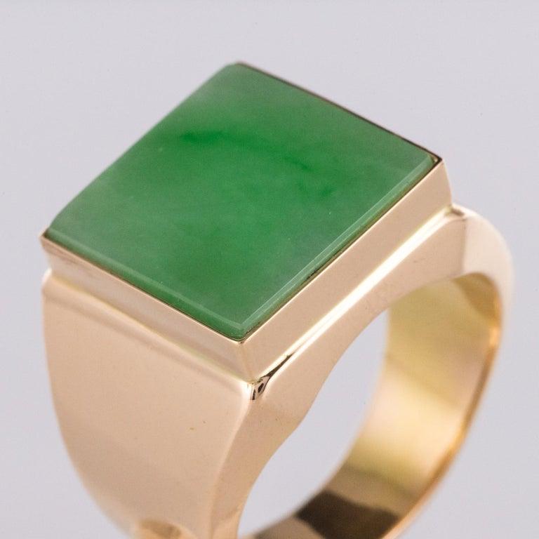 French 1930s 12 Carat Jade 18 Karat Yellow Gold Men's Signet Ring For Sale 4