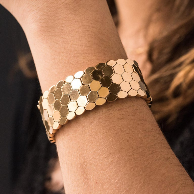 French 1950s 18 Karat Yellow Gold Honeycomb Bracelet In Good Condition For Sale In Poitiers, FR