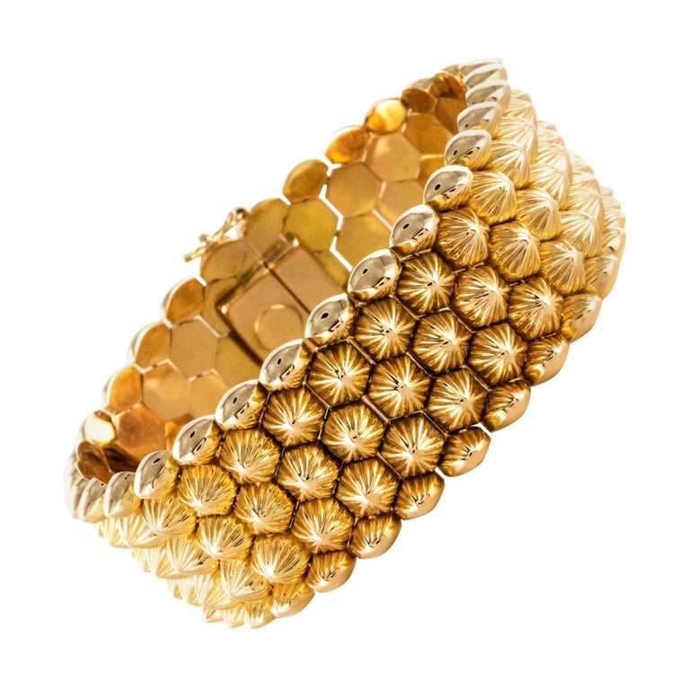 French 1950s 18 Karat Yellow Gold Honeycomb Bracelet For Sale