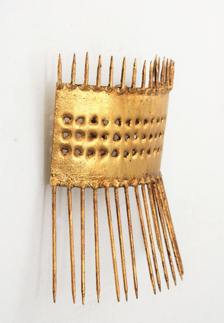French 1950s Brutalist Hand-Hammered Gilt Iron Nails Design Wall Light  In Good Condition For Sale In Barcelona, ES
