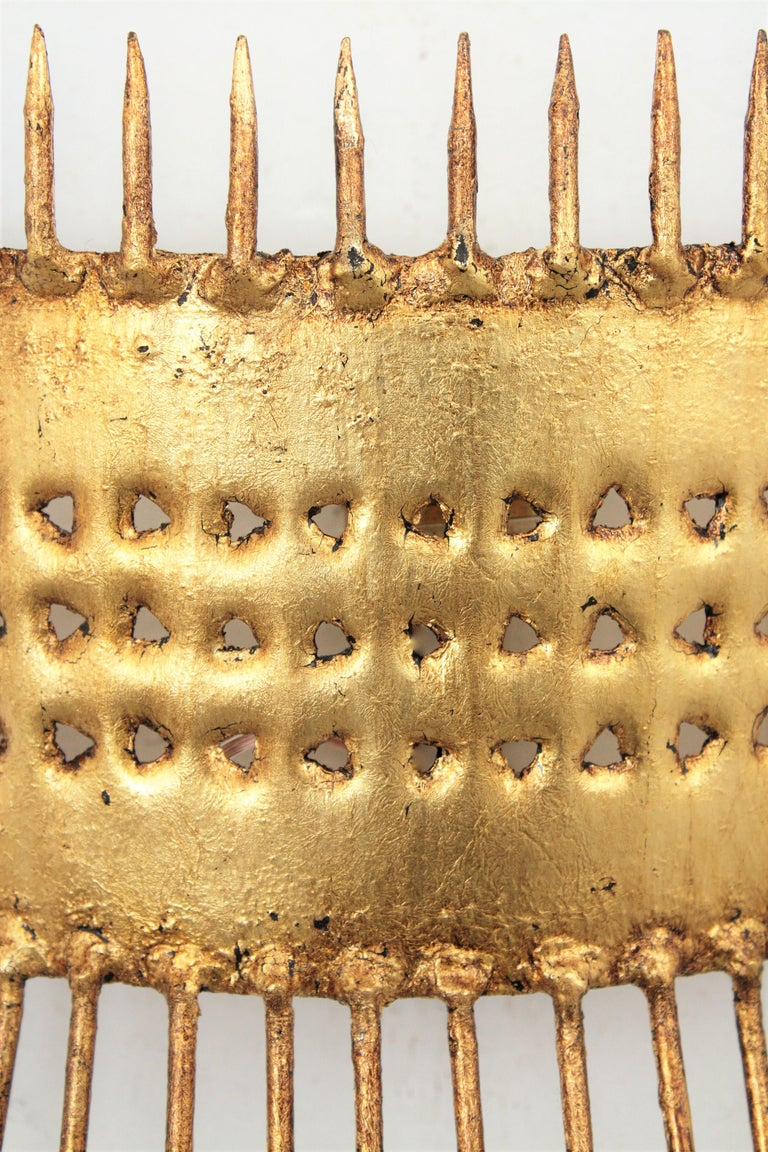 French 1950s Brutalist Hand-Hammered Gilt Iron Nails Design Wall Light  For Sale 1