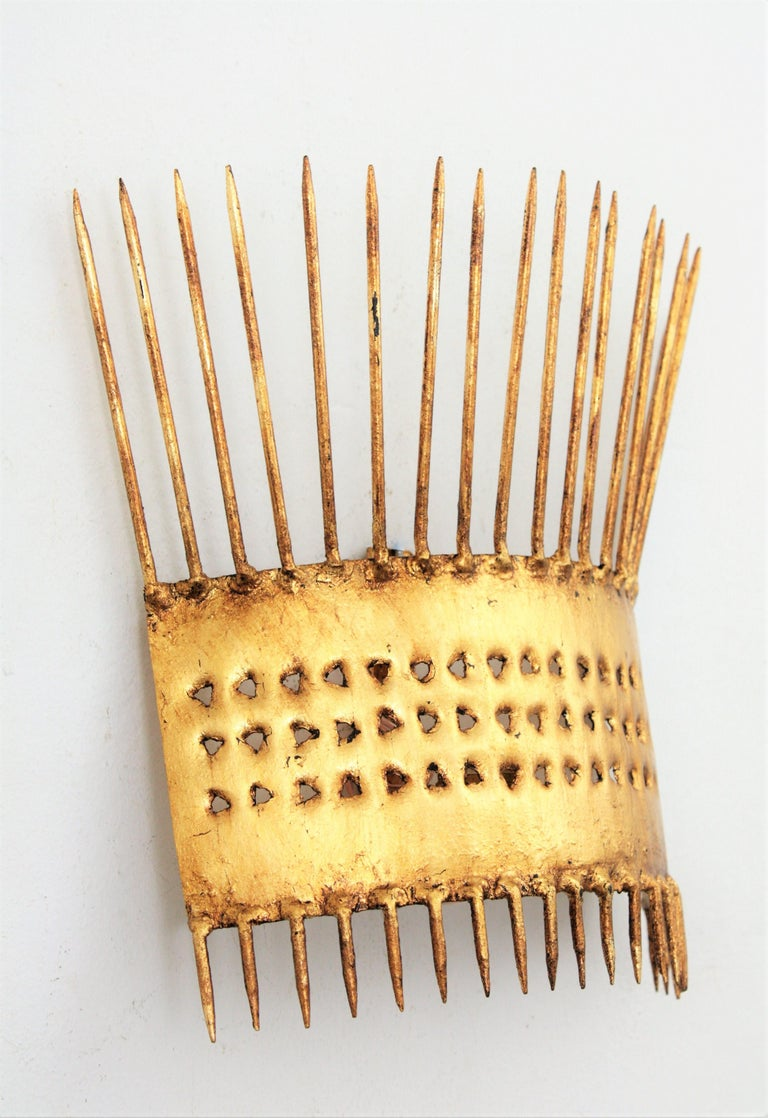 French 1950s Brutalist Hand-Hammered Gilt Iron Nails Design Wall Light  For Sale 3