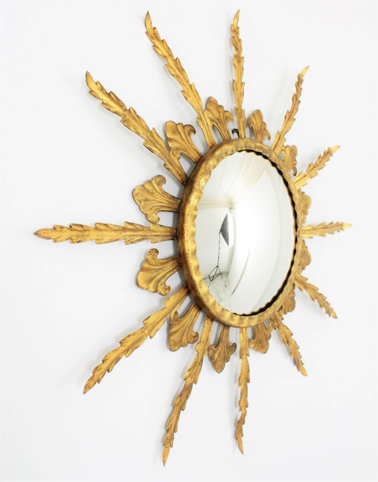 French 1950s Gilt Metal Hollywood Regency Sunburst Convex Mirror In Excellent Condition For Sale In Barcelona, ES