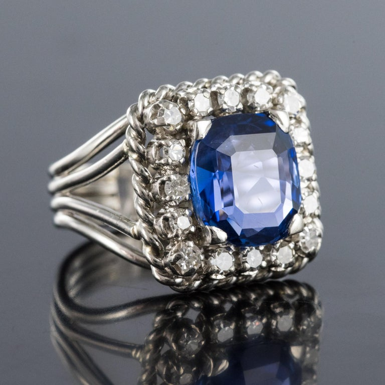 French 1950s Natural Cushion Cut Ceylon Sapphire Diamonds Platinum Ring In Excellent Condition For Sale In Poitiers, FR