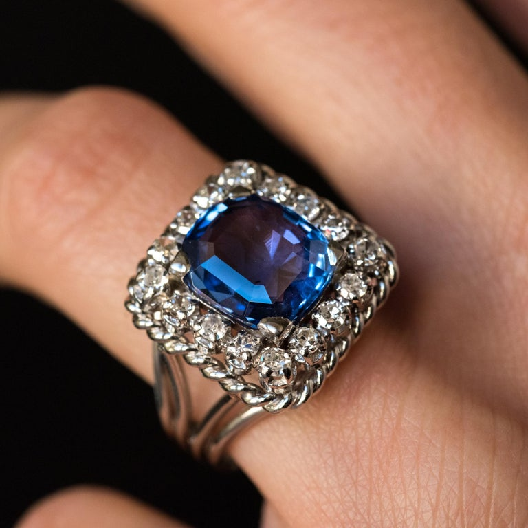 French 1950s Natural Cushion Cut Ceylon Sapphire Diamonds Platinum Ring For Sale 3