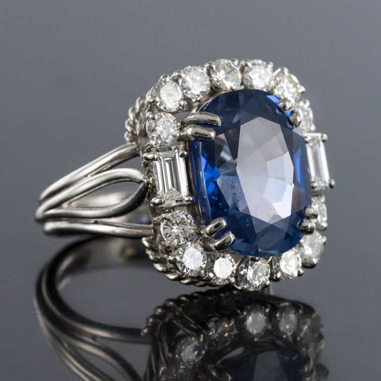 French 1950s No Heat Ceylon Cushion Cut Sapphire Diamonds Platinum Cocktail Ring In Excellent Condition For Sale In Poitiers, FR