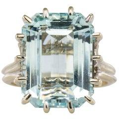 French 1960s 9 Carat Aquamarine Claws Set 18 Karat White Gold Ring