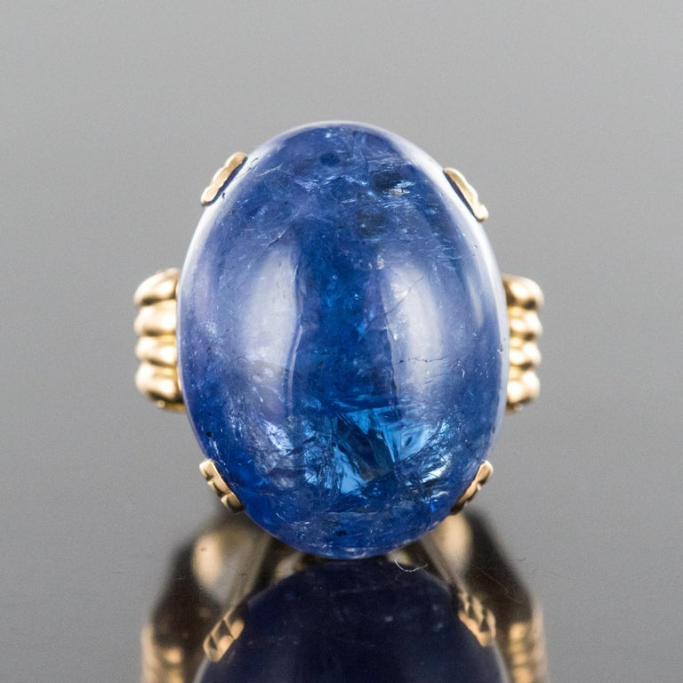 French 1960s Retro 49.20 Carat Tanzanite 18 Karat Yellow Gold Ring In Excellent Condition For Sale In Poitiers, FR