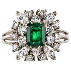 French 1970s Retro 0.95 Carat Emerald Diamond 18 Karat White Gold Daisy Ring