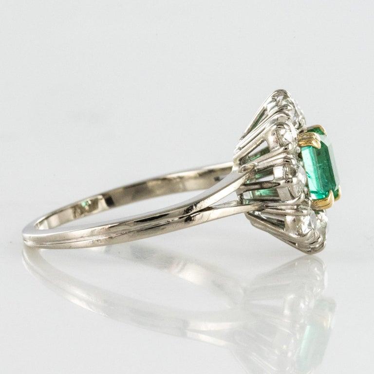French 1970s Retro Emerald Diamond 18 Karat White Gold Daisy Ring For Sale 6