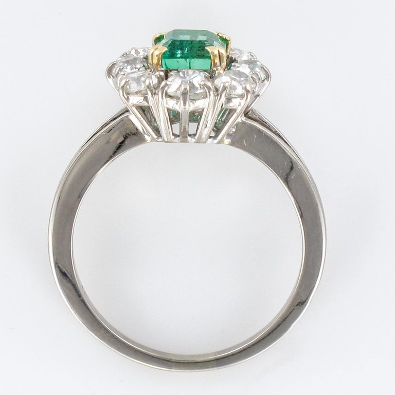 French 1970s Retro Emerald Diamond 18 Karat White Gold Daisy Ring For Sale 8