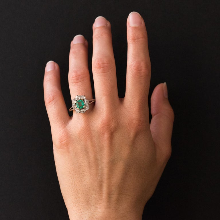 Ring in 18 karats white gold, eagle's head hallmark. This splendid retro ring is adorned on its top thanks to 4 double claws, of an emerald surrounded by 8 antique-cut diamonds. Total weight of the emerald: 0.93 carat approximately. Total weight of