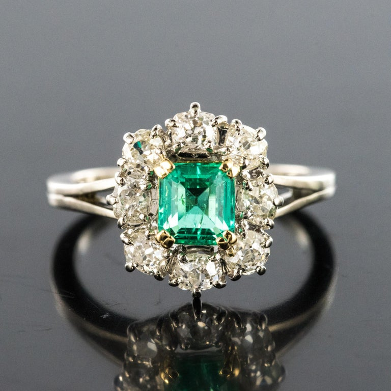French 1970s Retro Emerald Diamond 18 Karat White Gold Daisy Ring In Good Condition For Sale In Poitiers, FR