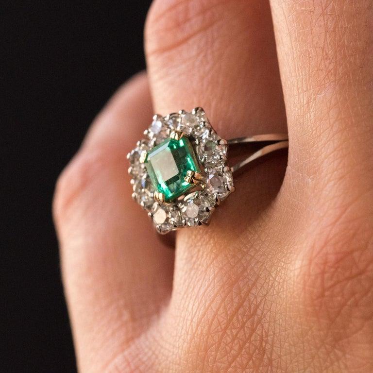 French 1970s Retro Emerald Diamond 18 Karat White Gold Daisy Ring For Sale 1