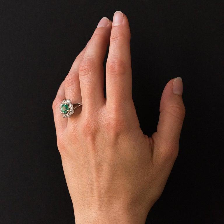 French 1970s Retro Emerald Diamond 18 Karat White Gold Daisy Ring For Sale 2