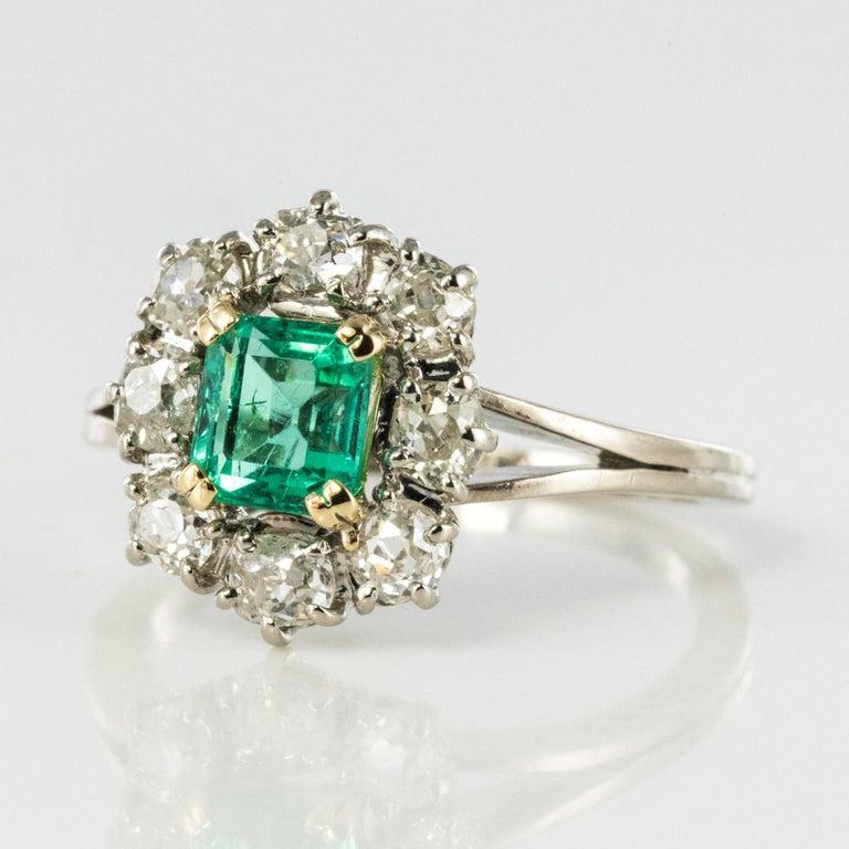 French 1970s Retro Emerald Diamond 18 Karat White Gold Daisy Ring For Sale 3