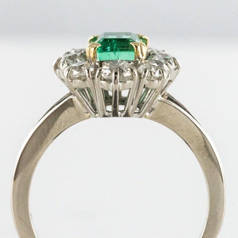 French 1970s Retro Emerald Diamond 18 Karat White Gold Daisy Ring For Sale 4