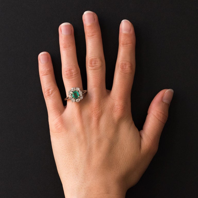 French 1970s Retro Emerald Diamond 18 Karat White Gold Daisy Ring For Sale 5