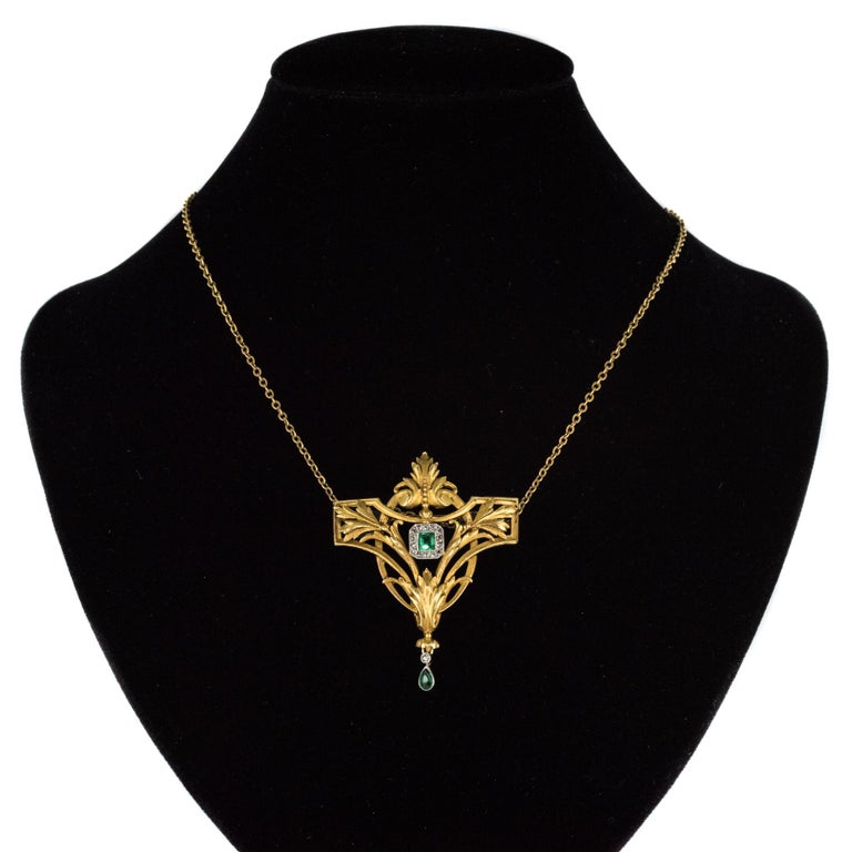 French 19th Century Emerald Diamond 18 Karat Yellow Gold Pendant Brooch For Sale 4