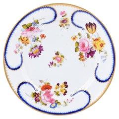 French 19th Century Porcelaine de Paris Plate with Floral Décor and Golden Trim