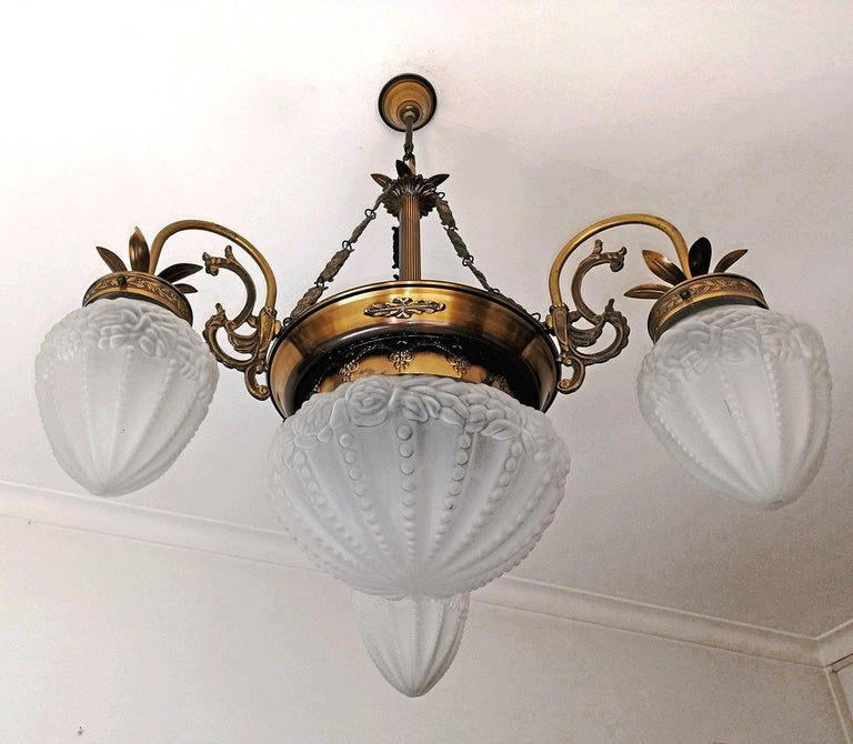 French Art Deco and Art Nouveau Brass and Frosted Glass Degué Style Chandelier In Good Condition For Sale In Coimbra, PT