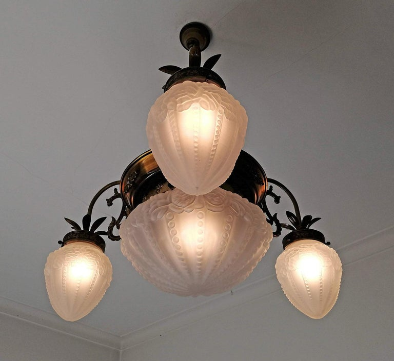 French Art Deco and Art Nouveau Brass and Frosted Glass Degué Style Chandelier For Sale 3