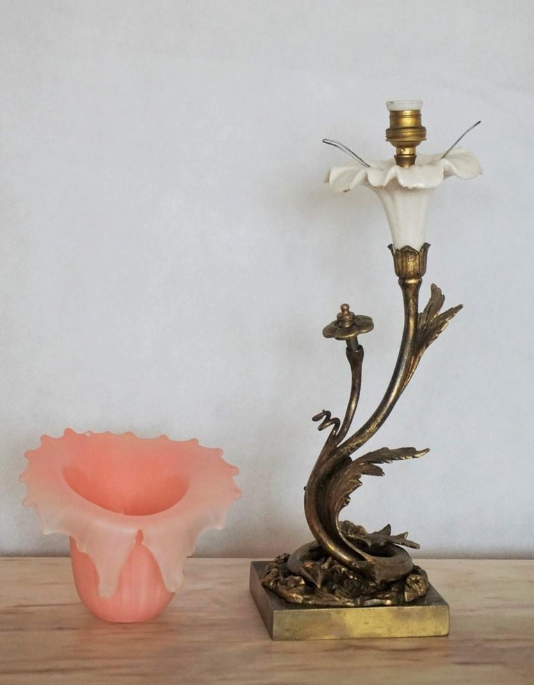 French Art Deco Bronze and Porcelain Table Lamp with Vaseline Glass Tulip For Sale 3