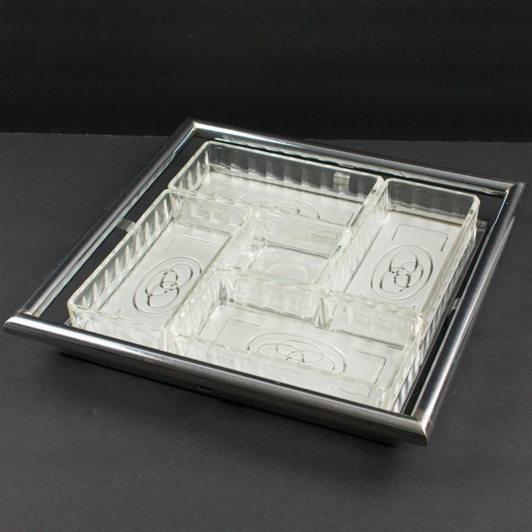 Lovely French Art Deco barware serving set for hors d'oeuvres, cocktail, snacks or appetizers. Square shape, featuring a mirrored glass serving tray with chrome gallery. Five serving dishes for vegetables, olives or nuts, in molded-glass with an