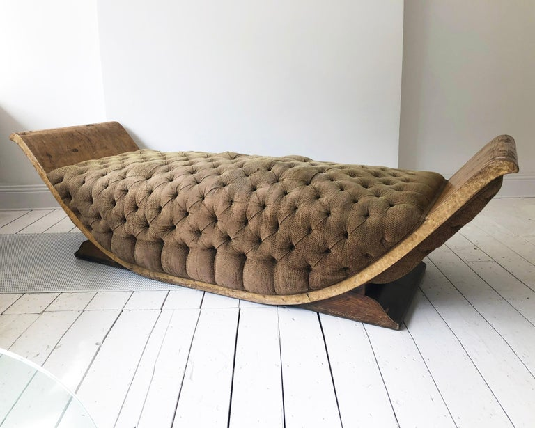 French Art Deco Distressed Gondola Chaise Longue Antique Daybed Vintage In Distressed Condition For Sale In London, GB
