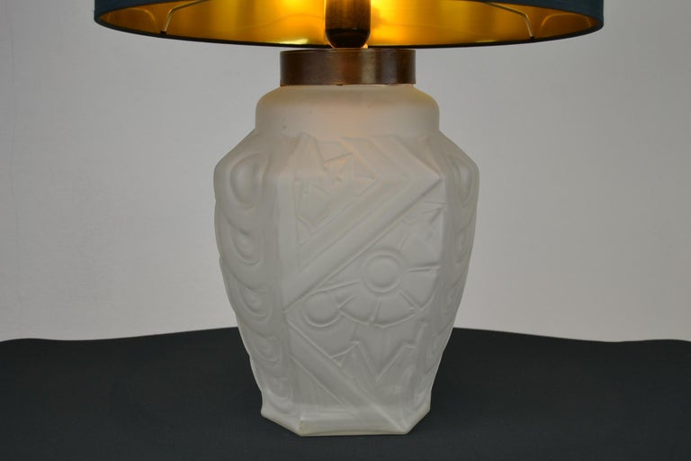 French Art Deco table lamp of frosted moulded pressed glass. This French lamp has a Geometric Pattern in Floral style, an angular shape with 6 sides. It's in the style of Muller Frères, Degué and Lalique. This glass lamp base has no chips or