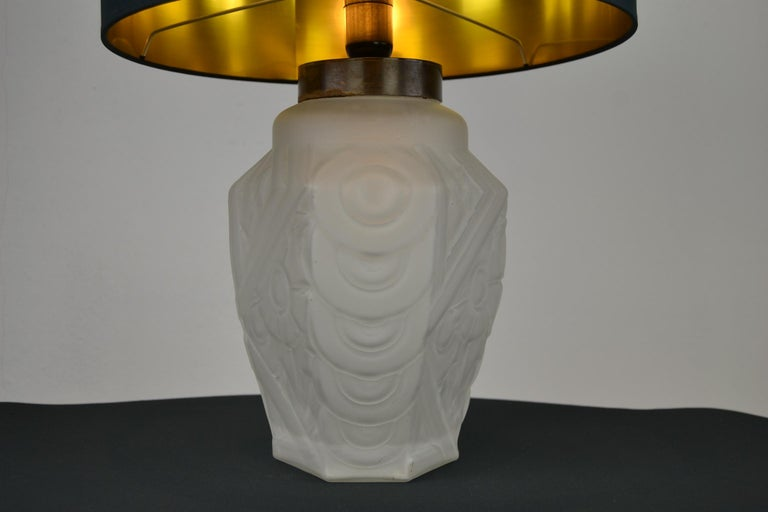 French Art Deco Frosted Moulded Pressed Table Lamp Base in the Style of Degué In Good Condition For Sale In Antwerp, BE