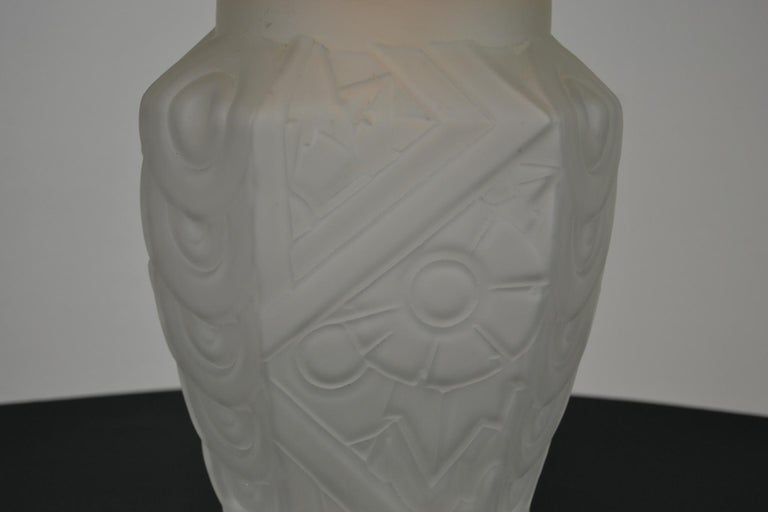 French Art Deco Frosted Moulded Pressed Table Lamp Base in the Style of Degué For Sale 3