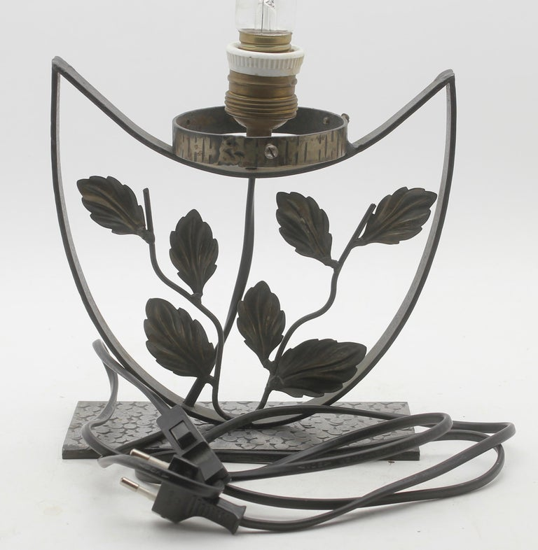Mid-20th Century French Art Deco Lamp in Wrought Iron with Floral Pattern and Colored Glass Shade For Sale