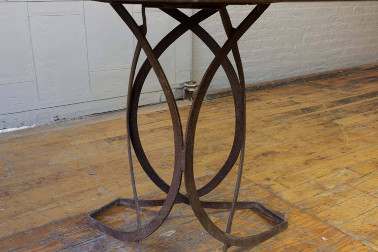 French Art Deco Round Iron Garden Table with Abstract Base For Sale 1