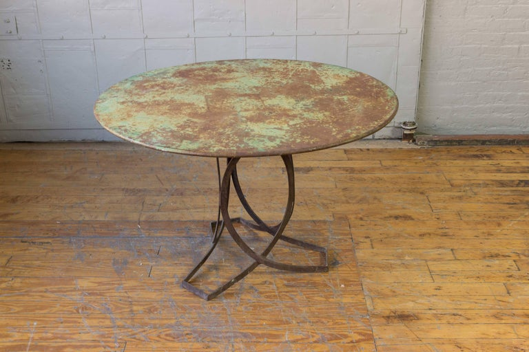 French Art Deco Round Iron Garden Table with Abstract Base For Sale 3