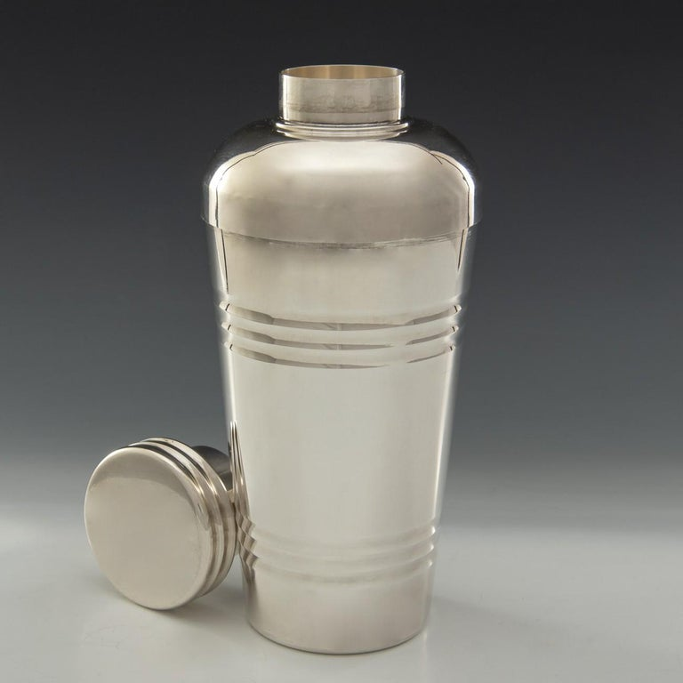 Delightful mid-1930s Art Deco silver plated cocktail shaker. The top of the shaker has an integral strainer and the cap has a cork lining. Marked on the base with the makers mark for Saint Médard who were founded in 1898 in Picardie, France. The