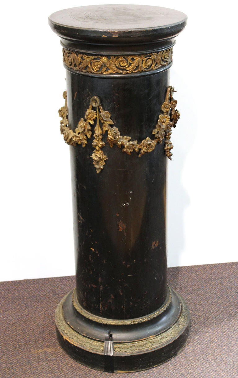 French Belle Époque Ebonized Wood Column Pedestal with Ormolu Detailing In Good Condition For Sale In New York, NY