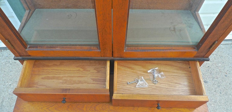 French Biedermeier 1940s Birchwood Desk with 3 Drawers and 2 Glass Cabinet Doors For Sale 3
