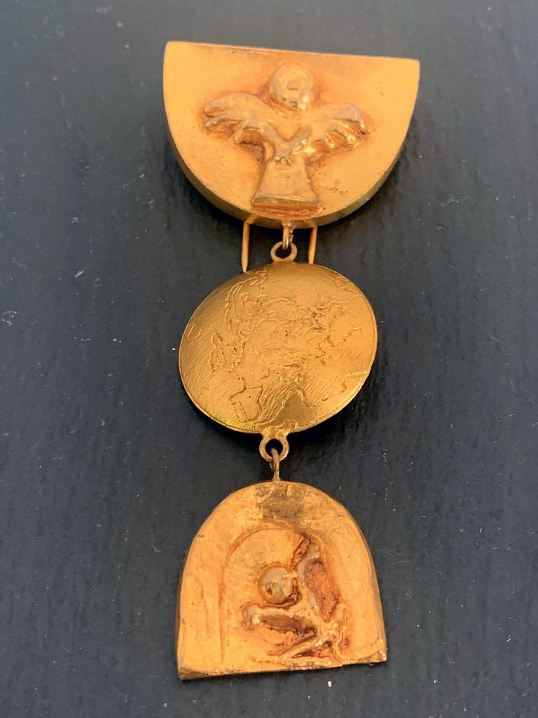 A hanging articulate three-piece gilt bronze brooch