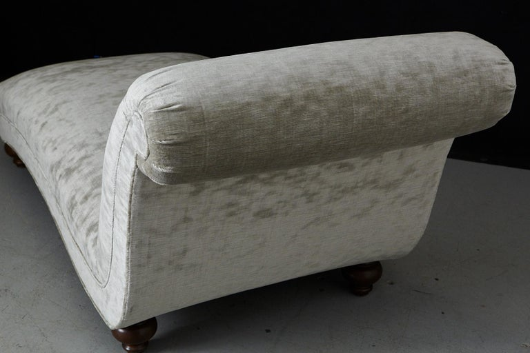 French Chaise Longue with New Upholstery in Striae Velvet, circa 1930s For Sale 8