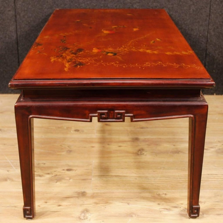 French coffee table from 20th century. Furniture in carved, lacquered and painted chinoiserie wood with animal decorations of excellent quality and beautiful decor. Coffee table ideal to be inserted in a living room, of excellent solidity and