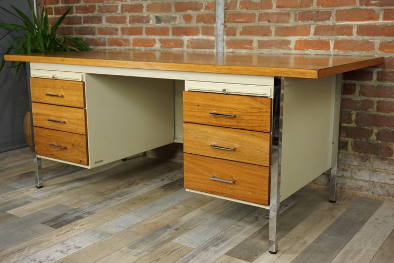 French Design Wooden and Metal Rare Executive Desk from the 1950s by Strafor In Excellent Condition For Sale In TOURCOING, FR