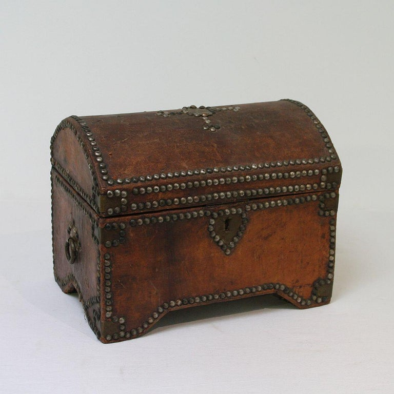 French Early 20th Century Folk Art Vintage Leather Box In Good Condition For Sale In Amsterdam, NL