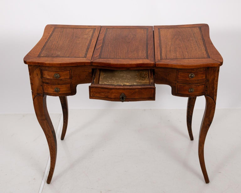 French Fruitwood Poudreuse In Good Condition For Sale In Stamford, CT