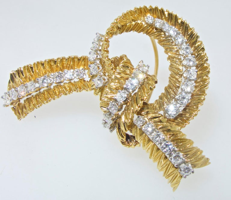 French Gold and Diamond Stylized Bow Brooch, circa 1965 In Excellent Condition For Sale In Aspen, CO