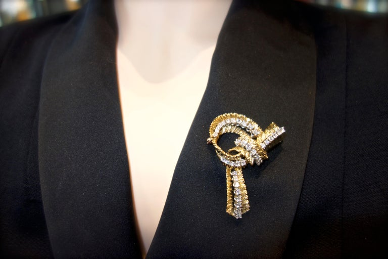 French Gold and Diamond Stylized Bow Brooch, circa 1965 For Sale 1