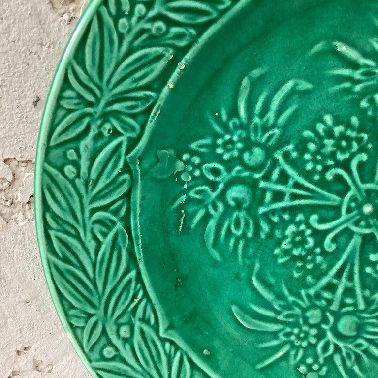 French green Majolica fruits plate signed Salins, circa 1880.