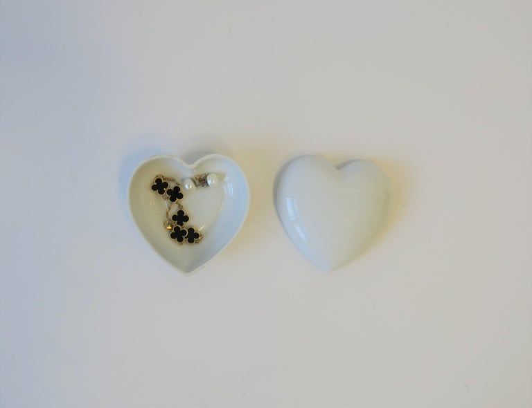 French Heart White Porcelain Jewelry Box In Good Condition For Sale In New York, NY