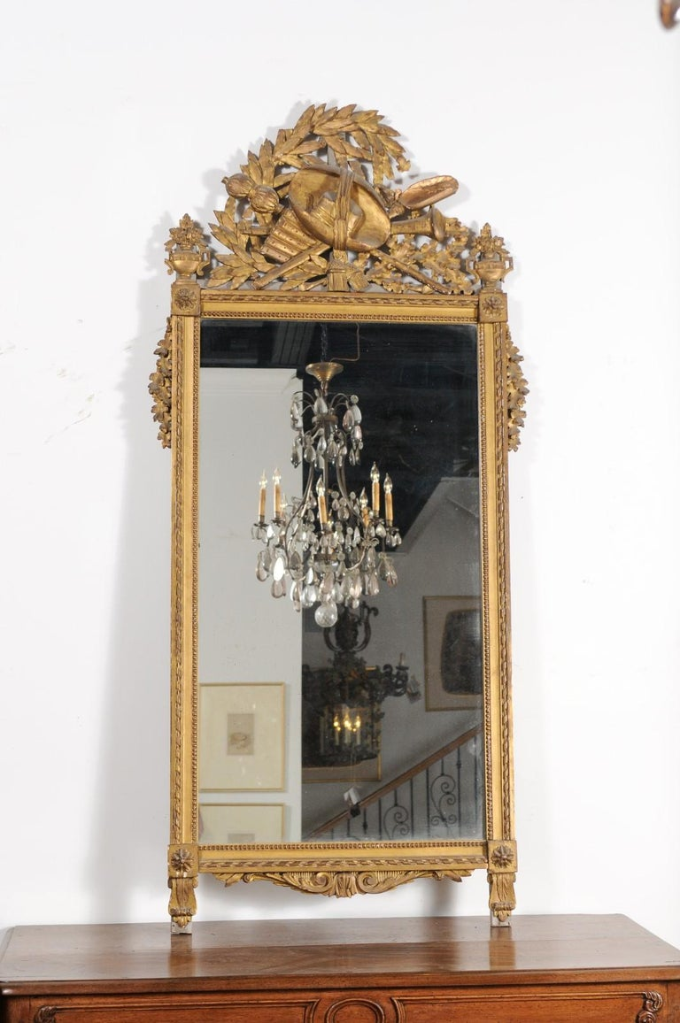 French Late 18th Century Louis XVI Period Giltwood Mirror with Carved Crest For Sale 1