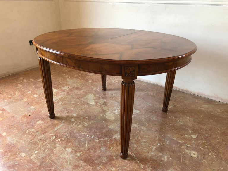 French Liberty Art Nouveau Dining Table in Walnut, 1920s In Excellent Condition For Sale In Traversetolo, IT